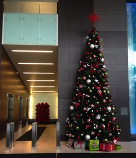 18' Tree w/Poinsettia Screen